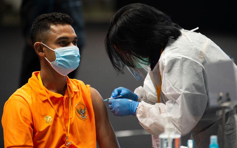 Petugas menyuntikkan vaksin Covid-19 kepada pesepak bola Timnas sepak bola U-23 Miftahul Hamdi (kiri) di Istora Senayan, Gelora Bung Karno (GBK), Jakarta, Jumat (26/2/2021).  - ANTARA\r\n