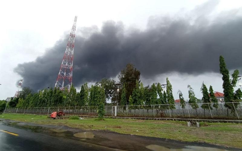Kepulan asap hitam dari lokasi kebakaran kilang minyak di Balongan, Indramayu, hingga Selasa siang ini - Bisnis/Hakim Baihaqi