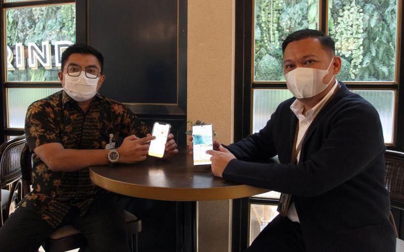 RCEO BSI Region XI Makassar Kemas Erwan Husainy (kanan) dan SVP Marcomm BSI Ivan Ally saat memperkenalkan aplikasi mobile banking Bank Syariah Indonesia di Makassar, Selasa (30/3/2021) - Bisnis - Paulus Tandi Bone