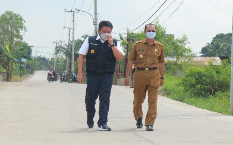 Gubernur Sumsel Herman Deru (dari kiri) didampingi Walikota Palembang Harnojoyo saat meninjau perbaikan Jalan Perjuangan di Kota Palembang. - Bisnis/Dinda Wulandari