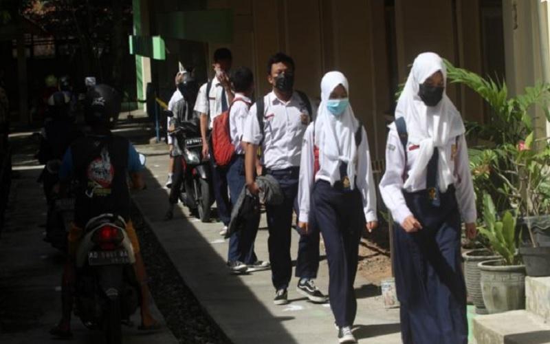Siswa kelas IX SMP Negeri 7 Solo berjalan dengan menjaga jarak aman saat pulang meninggalkan sekolah seusai mengikuti Simulasi Pembelajaran Tatap Muka (PTM) di sekolah, Rabu (24/3/2021). JIBI/Solopo- - Nicolous Irawan