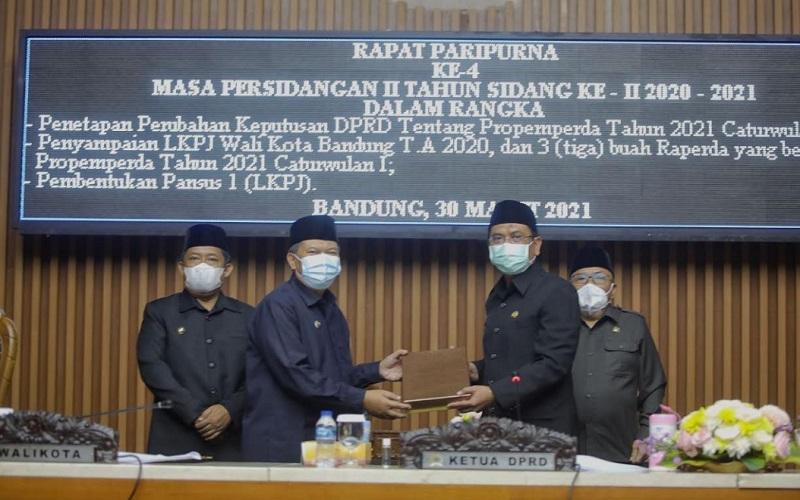 Wali Kota Bandung Oded M Danial menyerahkan Laporan Keterangan Pertanggungjawaban (LKPJ) Tahun 2020 kepada Dewan DPRD Kota Bandung pada rapat paripurna di Gedung DPRD Kota Bandung, Selasa (30/3 - 2021)