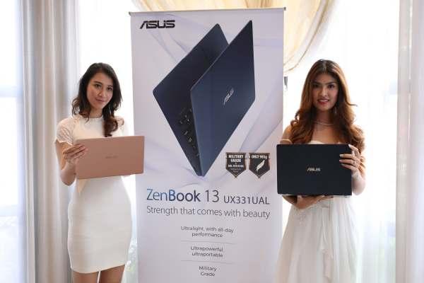 Model memperlihatkan unit ZenBook UX331UN (kiri) dan ZenBook UX331UAL (kanan) saat peluncurannya di Jakarta, Selasa (24/7/2018). - Asus