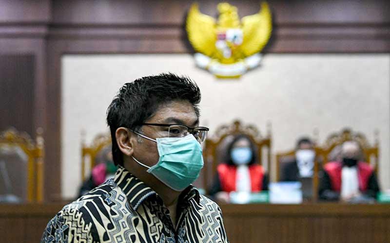 Heru Hidayat saat mengikuti sidang lanjutan kasus korupsi pengelolaan keuangan dan dana investasi PT Asuransi Jiwasraya di Pengadilan Tipikor, Jakarta, Senin (7/9/2020). - Antara/M Risyal Hidayat