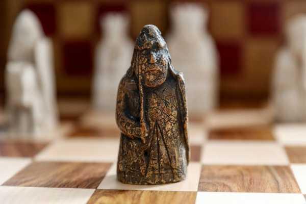 Ilustrasi - Sebuah bidak catur kuno dari era Viking yang dilelang di balai lelang Sotheby's, London, pada 2 Juli 2019. - Bloomberg