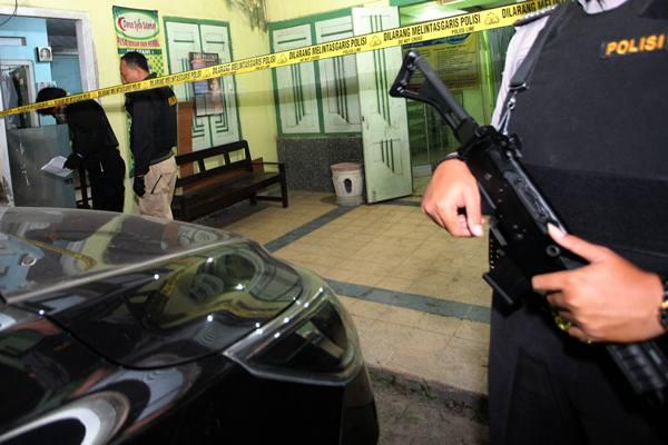 Personel Densus Antiteror Mabes Polri menggeledah sebuah rumah kontrakan saat penggerebekan di Kelurahan Bajang, Kecamatan Talun, Blitar, Jawa Timur, Rabu (13/6) malam. Penggerebekan dan penggeledahan tersebut dilakukan karena rumah kontrakan tersebut diduga dihuni oleh terduga teroris. - Antara