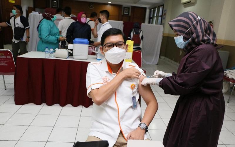 PT Pos Indonesia (Persero) telah memberikan vaksinasi kepada 12.000 karyawan di seluruh Indonesia.