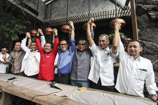 Perwakilan tujuh partai (dari ki-ka) Ketua DPW Demokrat DKI Jakarta Nahrowi Ramli, Ketua DPW PKS DKI Jakarta Syakir Purnomo, Plt Ketua DPD PDI-P DKI Jakarta Bambang DH, Ketua DPW PAN Jakarta Eko Patrio, Ketua DPD Gerindra DKI Jakarta Muhammad Taufik, Ketua DPW PPP Jakarta Abdul Azis dan Ketua DPW PKB DKI Jakarta Hasbiallah Ilyas mengangkat tangan bersama usai memberikan keterangan pers tentang pembentukan koalisi, di Jakarta, Senin (8/8). - Antara