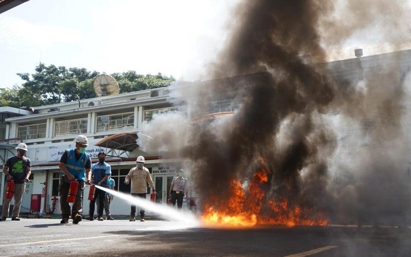 Simulasi peralatan proteksi kebakaran (fire drill).