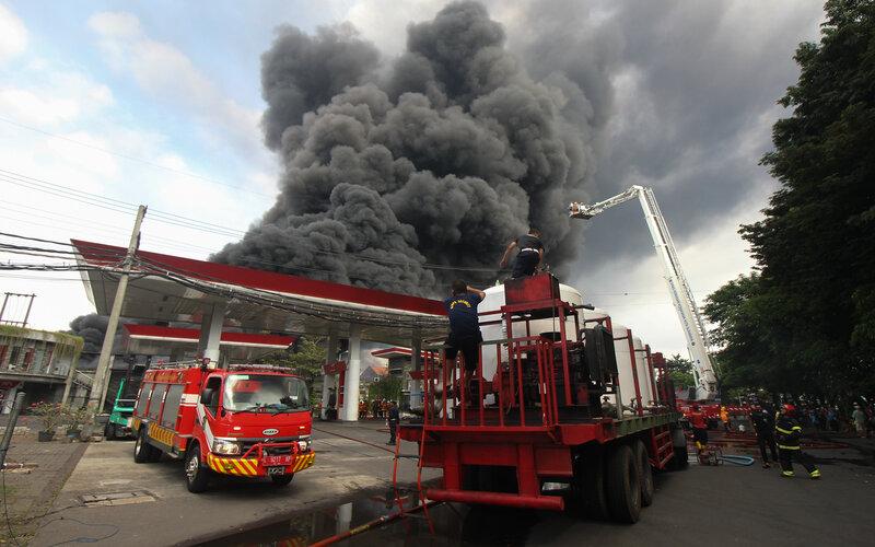 Asap hitam membubung ke langit dari lokasi kebakaran sebuah pabrik dan gudang palet plastik di kawasan Tandes, Surabaya, Jawa Timur, Rabu (31/3/2021). Puluhan kendaraan pemadam kebakaran dikerahkan untuk memadamkan kebakaran itu. - Antara/Didik Suhartono.