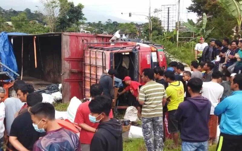 Truk tronton terlibat tebrakan beruntun di Wonosobo menjadi tontonan warga, dalam kecelakaan ini mengakibatkan satu korban tewas. - Antara