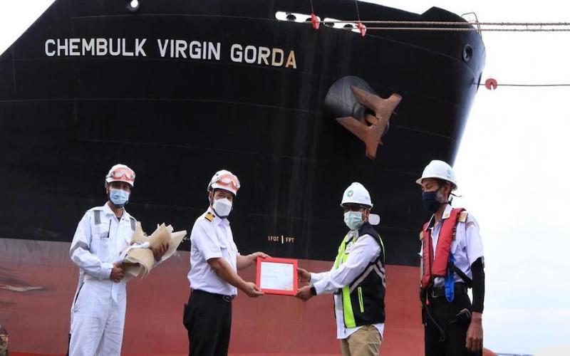 KM Chembulk Virgin Gorda yang bermuatan palm oil sebanyak 6.000 ton menjadi kapal terakhir yang lepas sandar di Pelabuhan Dumai, Jumat (1/1/2021).  - KEMENTERIAN BUMN