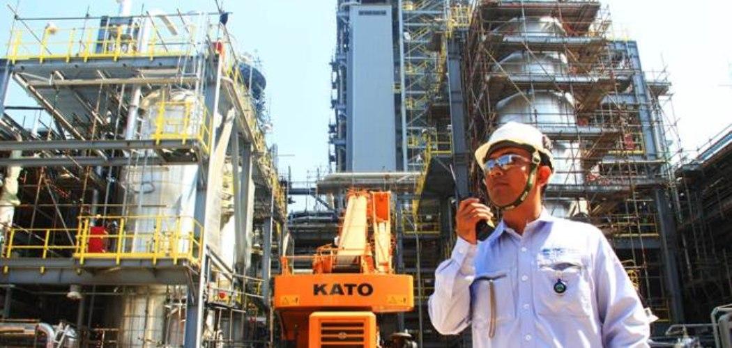 Pekerja beraktivitas di proyek pembangunan pabrik Polyethylene (PE) baru berkapasitas 400.000 ton per tahun di kompleks petrokimia terpadu PT Chandra Asri Petrochemical Tbk. (CAP), Cilegon, Banten, Selasa, (18/6/2019). - Bisnis/Triawanda Tirta Aditya