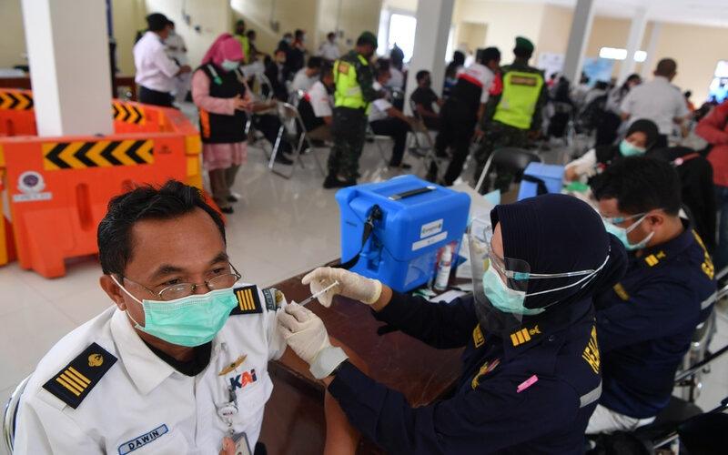 Petugas Dinas Perhubungan Gresik mengikuti vaksinasi Covid-19 di Terminal Bunder, Gresik, Jawa Timur, Senin (8/3/2021). Vaksinasi tersebut diikuti petugas Dinas Perhubungan Gresik dan instansi terkait serta sopir transportasi umum di wilayah itu. - Antara/Zabur Karuru.