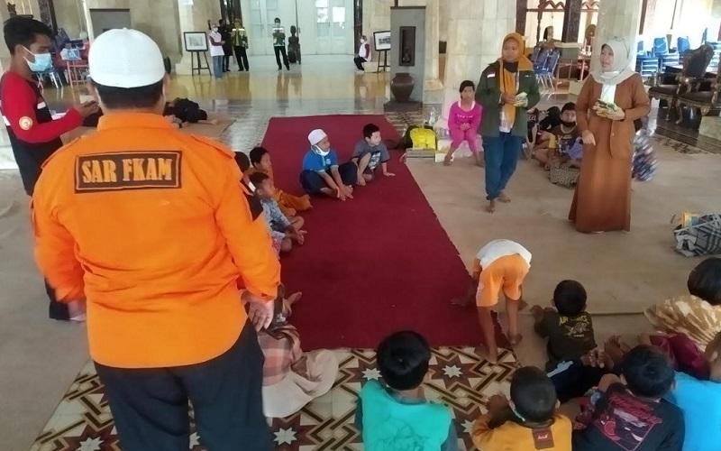 Warga terdampak ledakan kilang Balongan berkumpul di pendopo Pemkab Indramayu - Bisnis/Hakim Baihaqi