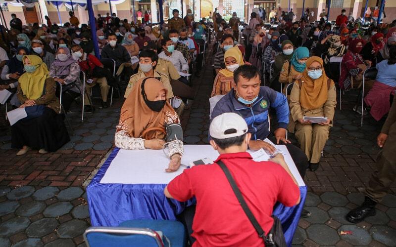 Sejumlah guru melakukan pemeriksaan tekanan darah sebelum mengikuti vaksinasi Covid-19 Sinovac di Gedung Pemerintah Kota Tangerang, Banten, Selasa (30/3/2021). Sebanyak 6.400 guru di Kota Tangerang mengikuti vaksinasi sebagai persiapan pembelajaran tatap muka yang direncanakan digelar pada Juli 2021 mendatang. - Antara/Fauzan.