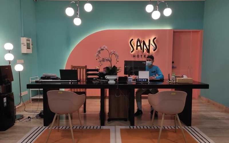Syarat dan kriteria akomodasi yang bisa dijadikan sebagai Sans Hotel, antara lain memiliki minimal 30 kamar, dan harus mempunyai fasilitas common area atau area umum yang dapat dijadikan sebagai tempat untuk bersantai.  - Reddoorz