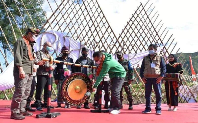 Gubernur NTB Memukul Gong Tanda Dibukanya Jalur Pendakian ke Gunung Rinjani.