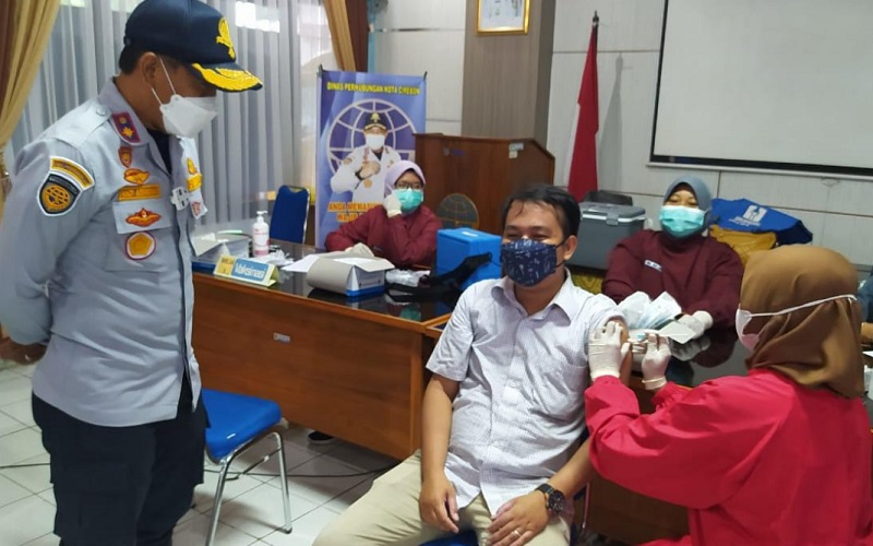 Vaksinasi terhadap sopir angkutan umum dan online di Kota Cirebon