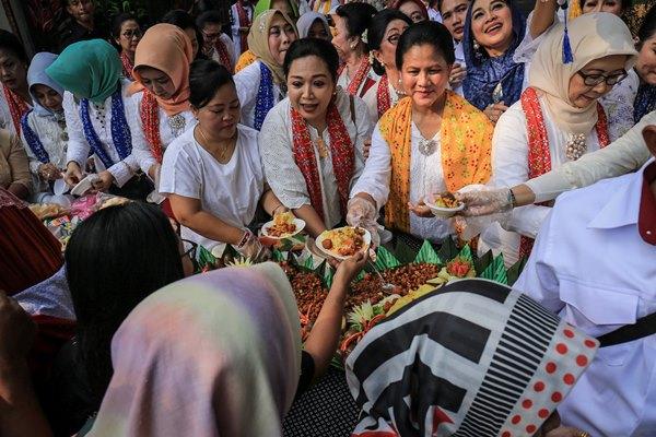 Ibu Negara Iriana Joko Widodo (kedua kanan) dalam rangka memperingati Hari Kartini. /ANTARA FOTO - Ardi Kuncoro