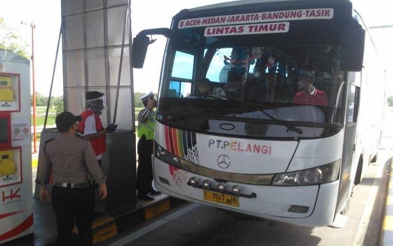 Petugas menghentikan Bus AKAP Pelangi di Gerbang Tol Kayuagung, Kabupaten Ogan Komering Ilir, Sumatera Selatan, Senin (18/5). (ANTARA/HO - 20)