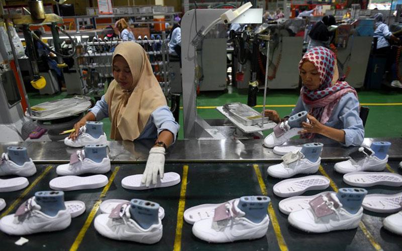 Kegiatan di salah satu pabrik sepatu di Tangerang, Banten. Alas kaki merupakan salah satu komoditas ekspor penting bagi Banten./Antara - Akbar Nugroho Gumay
