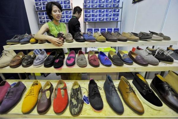 Ilustrasi alas kaki, salah satu penyumbang inflasi di Banten. - Antara