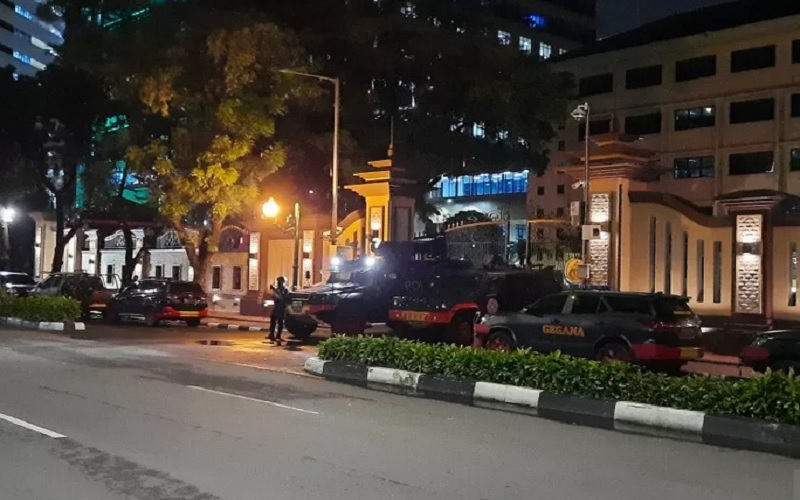 Susana di depan Mabes Polri Jalan Trunojoyo pascapenembakan oleh teroris wanita, Rabu (31/3/2021). - Antara