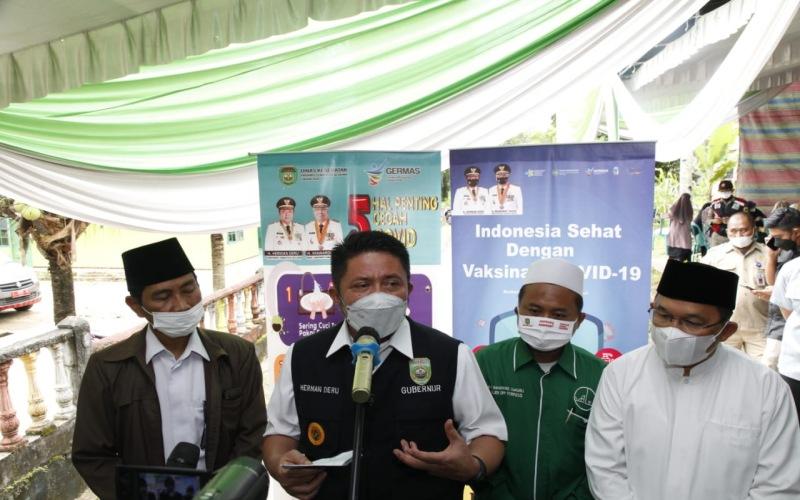 Gubernur Sumsel Herman Deru (kedua dari kiri) memberikan penjelasan terkait vaksinasi Covid-19 di lingkungan Pondok Pesantren. - Istimewa