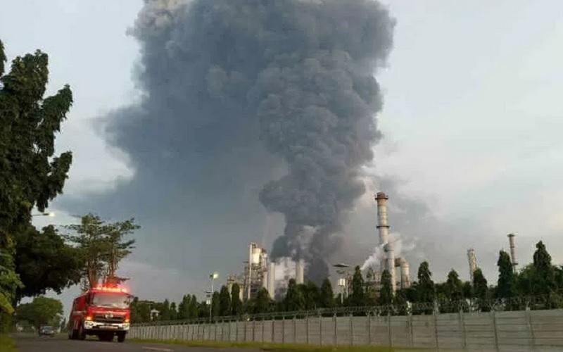 Mobil pemadam kebakaran saat melintas di lokasi kebakaran kilang PT Pertamina di Balongan, Jawa Barat, Senin (29/3/2021). - Antara