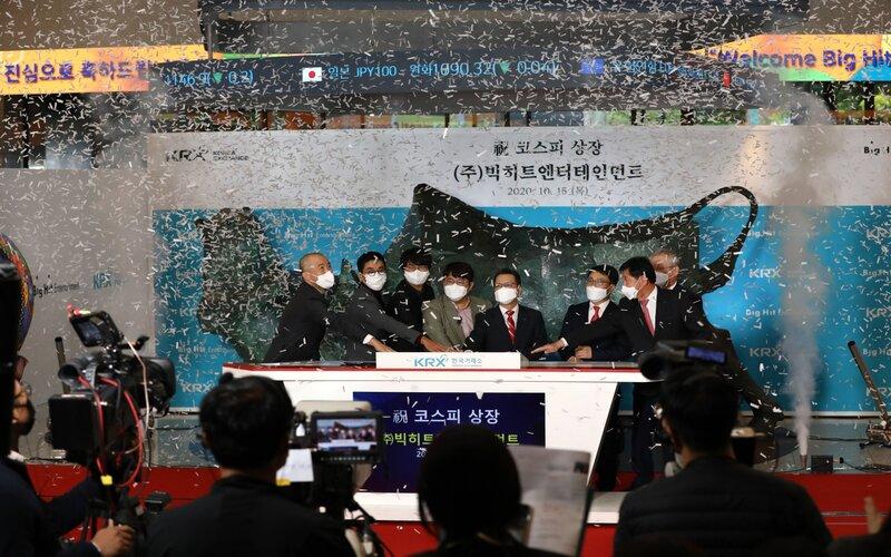 Seremoni peluncuran saham perdana Big Hit Entertainment Co. di Bursa Korea, Kamis (15/10 - 2020).