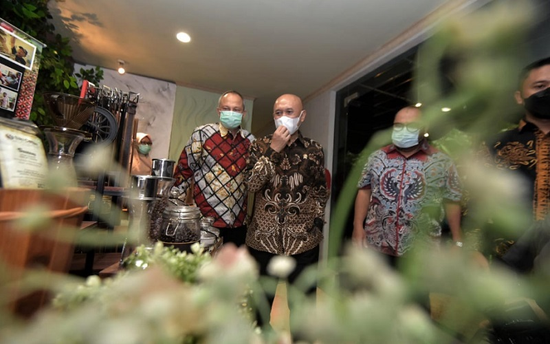 Sekretaris Daerah Provinsi Jawa Barat Setiawan Wangsaatmaja (kiri) mendampingi Menteri Koperasi dan UKM Teten Masduki
