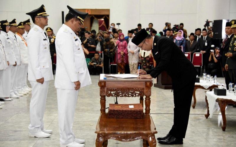 Gubernur Jawa Barat Ridwan Kamil saat melantik pasangan Aa Umbara/Hengky Kurniawan sebagai Bupati dan Wakil Bupati Bandung Barat