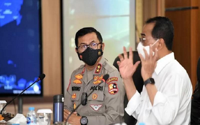 Kakorlantas Polri Irjen Pol Istiono mendengarkan paparan Menteri Perhubungan Budi Karya Sumadi dalam rapat bersama membahas persiapan pengamanan larangan mudik Lebaran Idulfitri 2021 di Gedung NTMC Jakarta, Jumat (2/4/2021). - Antara