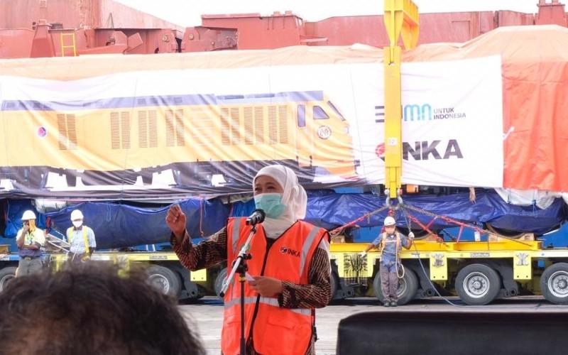 Gubernur Jawa Timur Khofifah Indar Parawansa memberi kata sambutan pada acara pengapalan perdana lokomotif dan kereta penumpang ke Filipina, Sabtu (12/12/2020).  - INKA