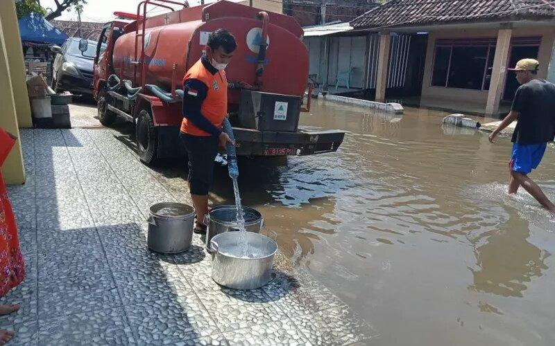 BPBD Pasuruan menyalurkan air bersih kepada korban banjir di wilayah setempat. - Antara/BPBD Pasuruan
