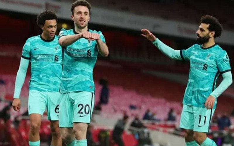 Pemain Liverpool Diogo Jota (tengah) selepas menjebol gawang Arsenal./Antara - Reuters