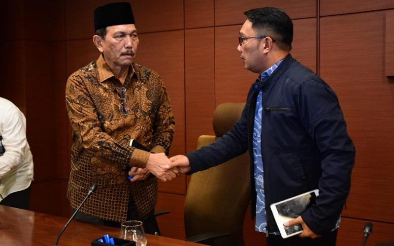 Menteri Koordinator Bidang Kemaritiman dan Investasi Luhut Binsar Pandjaitan menyalami Gubernur Jabar Ridwan Kamil