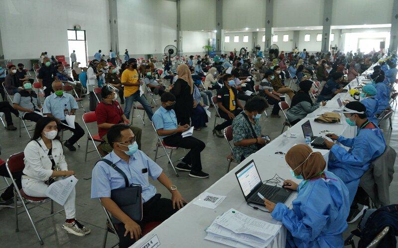 Sejumlah peserta menunggu observasi seusai mendapat vaksinasi Covid-19 suntikan kedua di Jogja Expo Centre (JEC), Bantul, D.I Yogyakarta, Selasa (30/3/2021). - Antara/Andreas Fitri Atmoko.