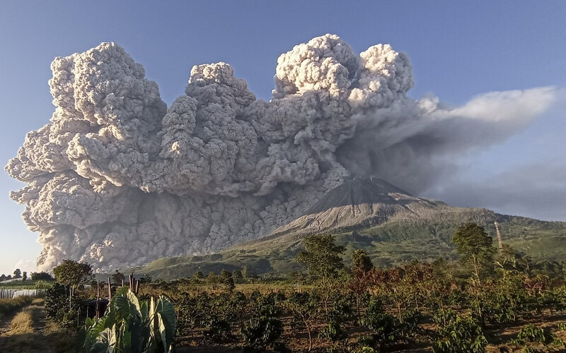 Gunung Sinabung menyemburkan material vulkanik saat erupsi di Desa Kuta Rakyat, Naman Teran, Karo, Sumatera Utara, Selasa (2/3/2021). Gunung Sinabung erupsi dengan tinggi kolom 5.000 meter di atas puncak. - Antara/Sastrawan Ginting.