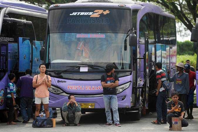 Sejumlah calon penumpang bus menunggu keberangkatan di Terminal Tipe A Mengwi, Badung, Bali, Minggu (26/5/2019). - ANTARA/Fikri Yusuf
