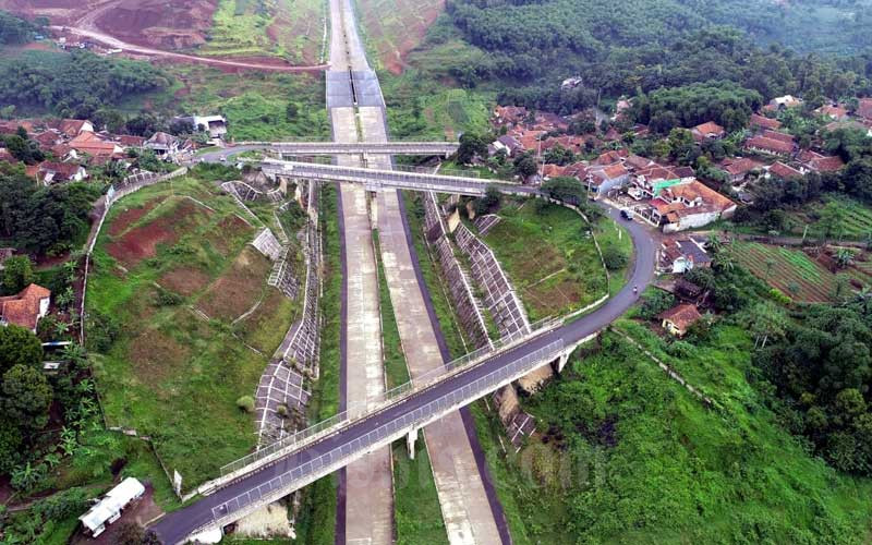 Foto udara Jalan Tol Cileunyi-Sumedang-Dawuan (Cisumdawu) seksi dua di kawasan Ranca Kalong, Kabupaten Sumedang, Jawa Barat, Selasa (17/3). - Bisnis/Rachman