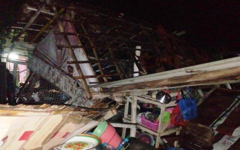 Rumah warga Kecamatan Besuki rusak akibat angin kencang, Sabtu (4/4/2021). - Antara/BPBD Situbondo
