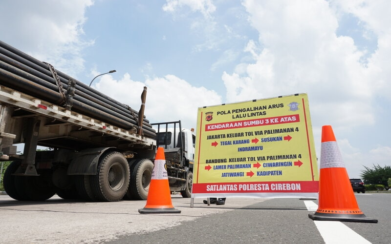Pengalihan arus lalu lintas di tol Palimanan. - Bisnis/Kim B.