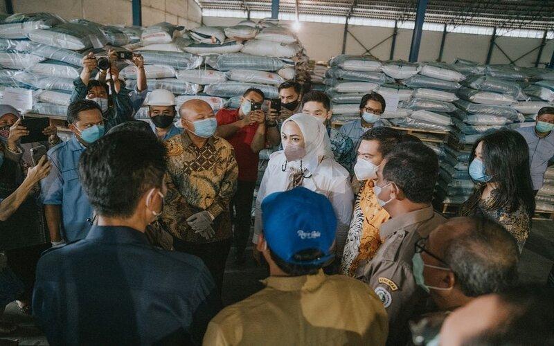 Bupati Karawang Cellica Nurrachadiana, berdialog dengan stakeholder pertanian. - Ist