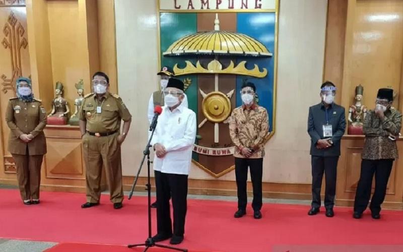 Wakil Presiden Ma'ruf Amin memberikan keterangan pers usai meninjau vaksinasi Covid-19 di Kantor Gubernur Lampung, Senin (22/3/2021). - Antara