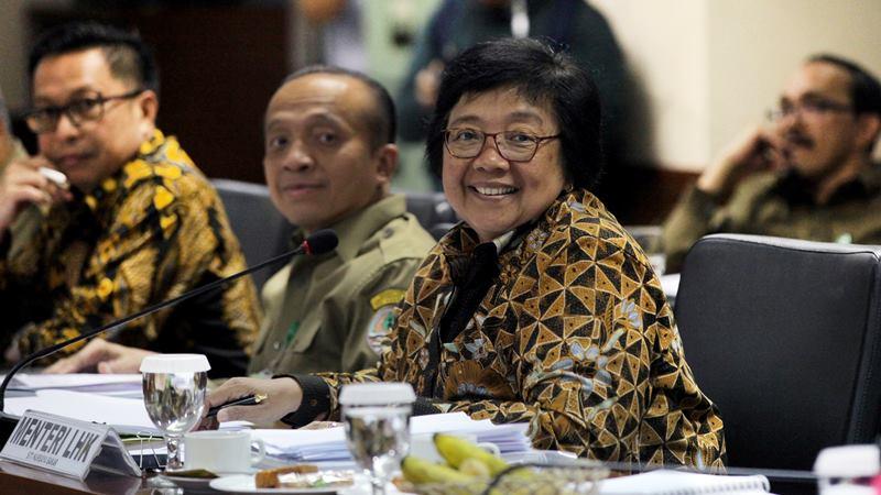 Menteri Lingkungan Hidup dan Kehutanan (LHK) Siti Nurbaya (kanan) bersama Sekjen Kemen LHK Bambang Hendroyono (kiri) mengikuti Rapat Kerja dengan Komite II DPD di Kompleks Parlemen Senayan, Jakarta, Senin (17/2/2020). -  ANTARA / Reno Esnir