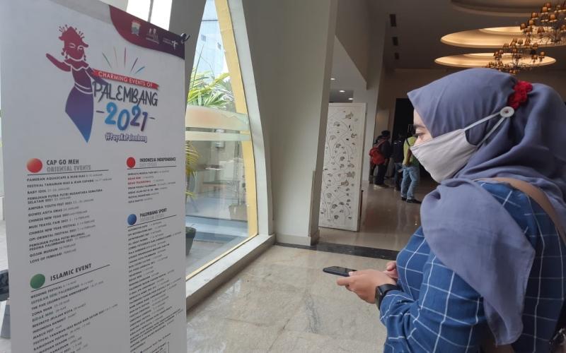 Pengunjung hotel memantau kalender event sepanjang 2021 yang dirilis Dinas Pariwisata Kota Palembang. Bisnis - Dinda Wulandari