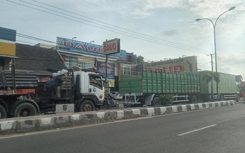 Kendaraan yang mengular di jalur pantura mulai dari Jalan Brigjen Dharsono hingga Jalan Otto Iskandar Dinata menuju arah barat. Sedangkan dari arah sebaliknya terpantau lengang.