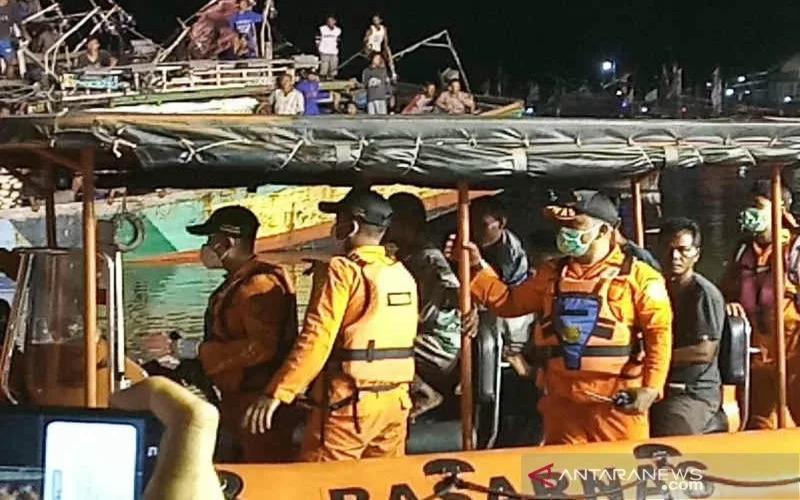 Petugas saat mengevakuasi ABK Kapal Barokah Jaya. - Antara/Khaerul Izan.